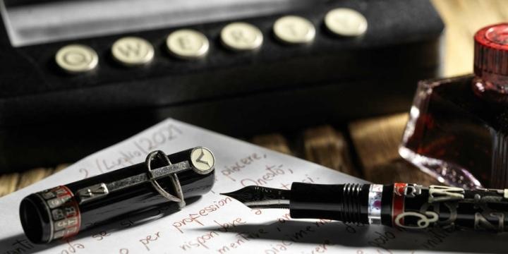 Penna Querty Visconti e macchina da scrivere classica